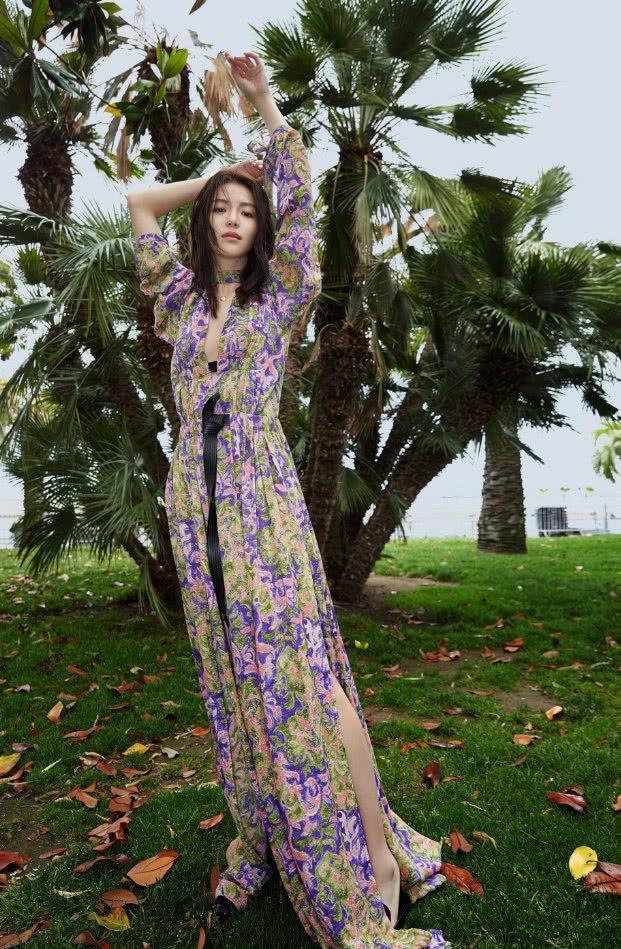 钟楚曦古力娜扎同是26岁,仅凭一袭蓝裙对决,哪位女神更美艳!