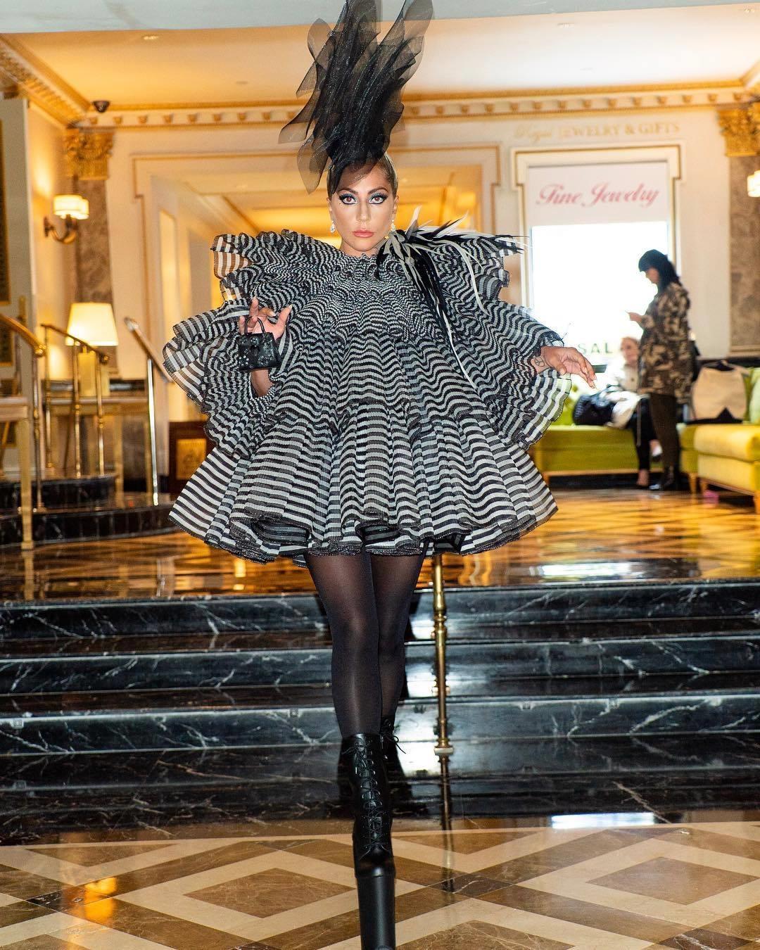 Gaga穿条纹裙踩恨天高出席活动,大长腿美过超模,个性穿搭就服她