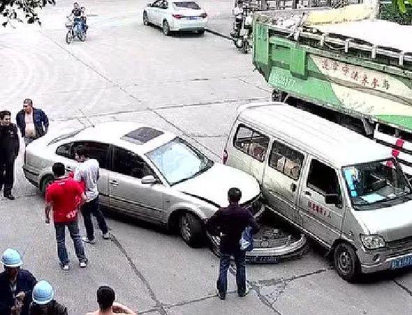 12345678…禅城两车相撞,把交警蜀黍也惊呆了,扣9分!