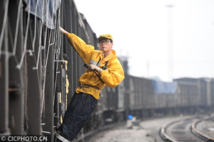 广西柳州:铁路编组站里54年的青春接力