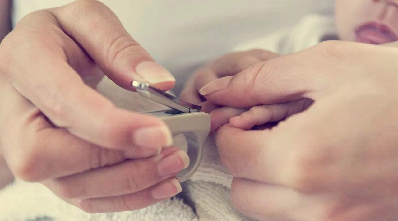 老人不让晚上给孩子剪指甲,真相其实与迷信无关