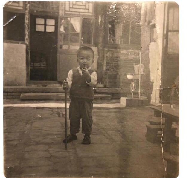 潘粤明晒童年黑白旧照 三四岁有模有样装小老头