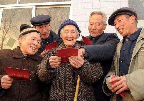 农村老人的好消息来了!固定养老金能领,还能从这5处多领养老金