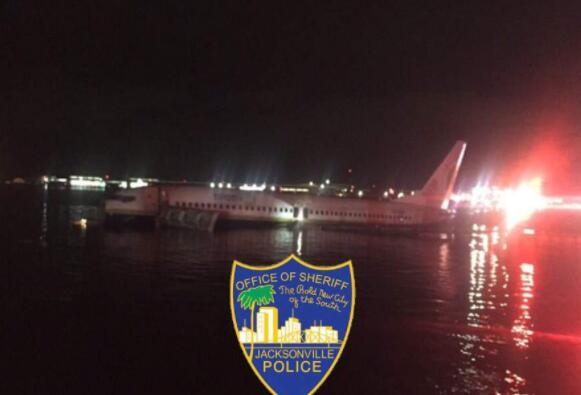深夜水面传来一声巨响,一架波音飞机冲进河里,岸上响起刺耳警报