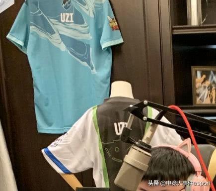 Uzi直播环境照曝光:身后各种奖杯和奖牌,三座小金人最惹眼!