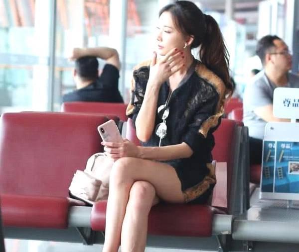 <b>林志玲逛累了坐在休息椅上,还原一双真实美腿,看腿就知道45岁</b>