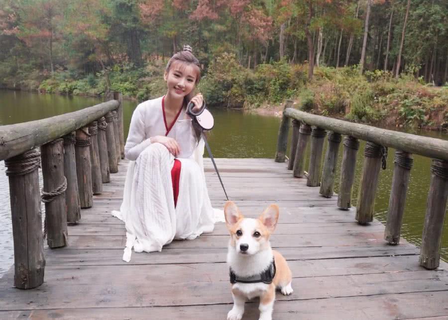 毛晓彤穿古装遛狗, 美得像幅画,