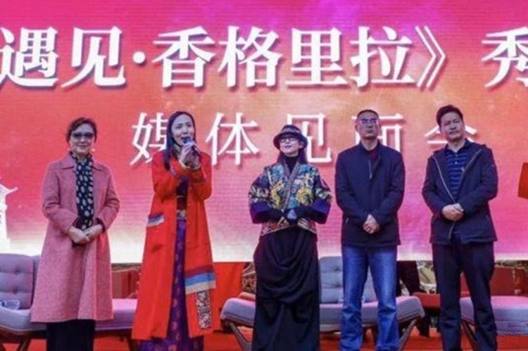 61岁杨丽萍美出新高度,这身装扮常人驾驭不住,手中提包今年能火