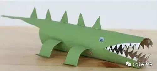 好玩的大嘴巴鳄鱼怎么做呢~   3个卷纸筒裁剪出鳄鱼的特征和细节,然后用胶布粘起来,粘好后涂上色彩就可以啦~   男孩子喜欢的大型凶猛动物   纸筒小动物   可爱的鳄鱼