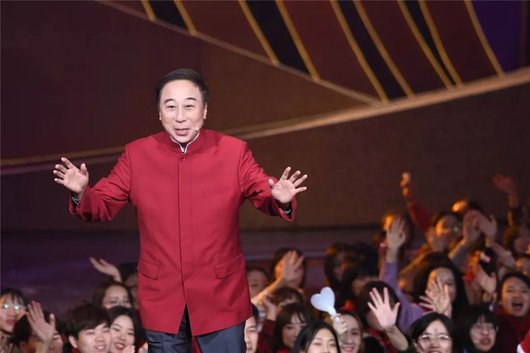 62岁冯巩开上百万豪车,33年连登春晚舞台,儿子已成富商