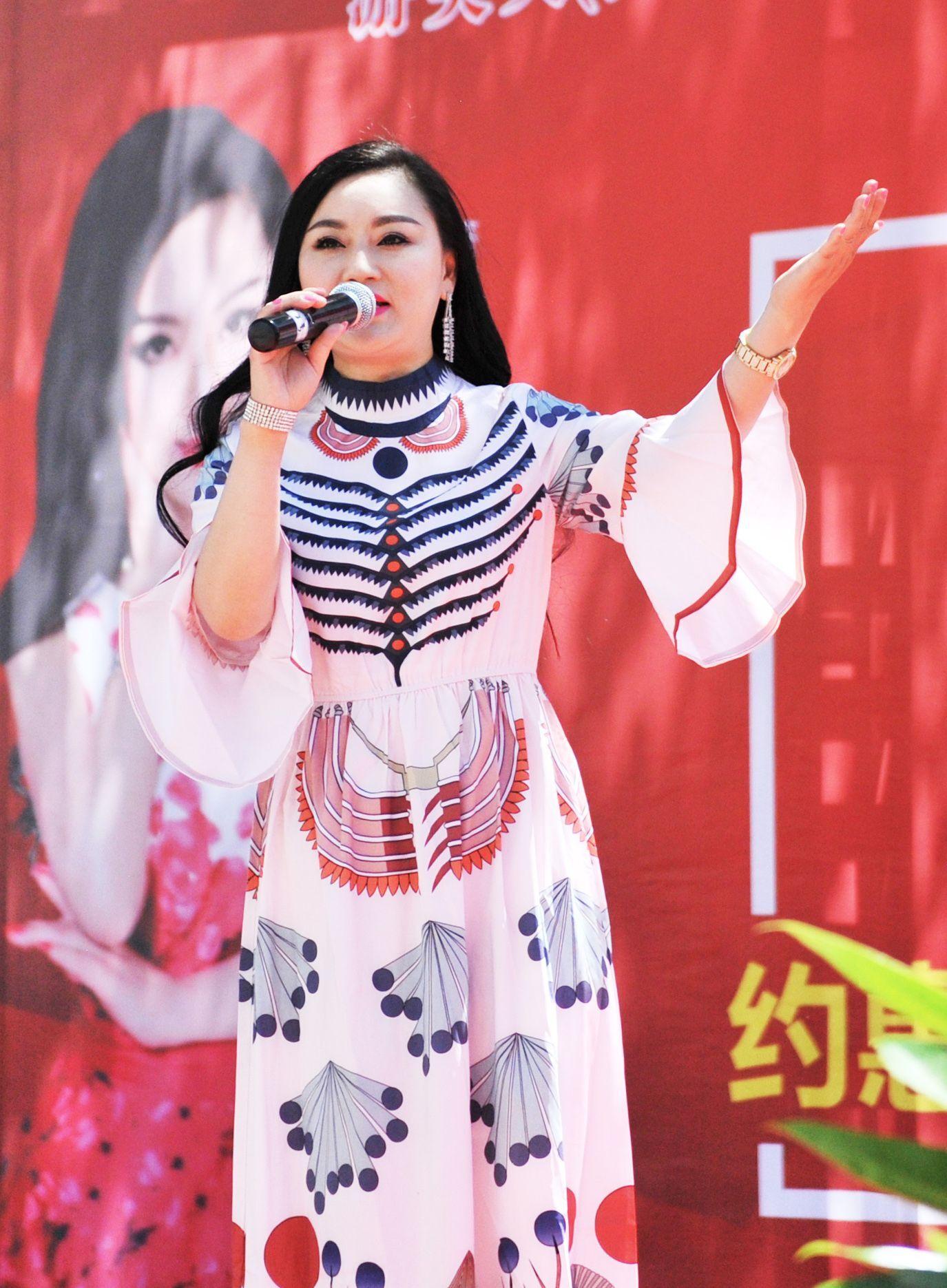 著名女歌手游美灵放歌拉萨