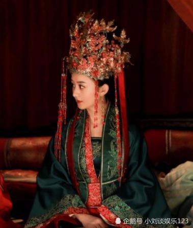 本以为赵丽颖绿色嫁衣最独特,看到鞠婧祎后,网友:亮瞎了眼!