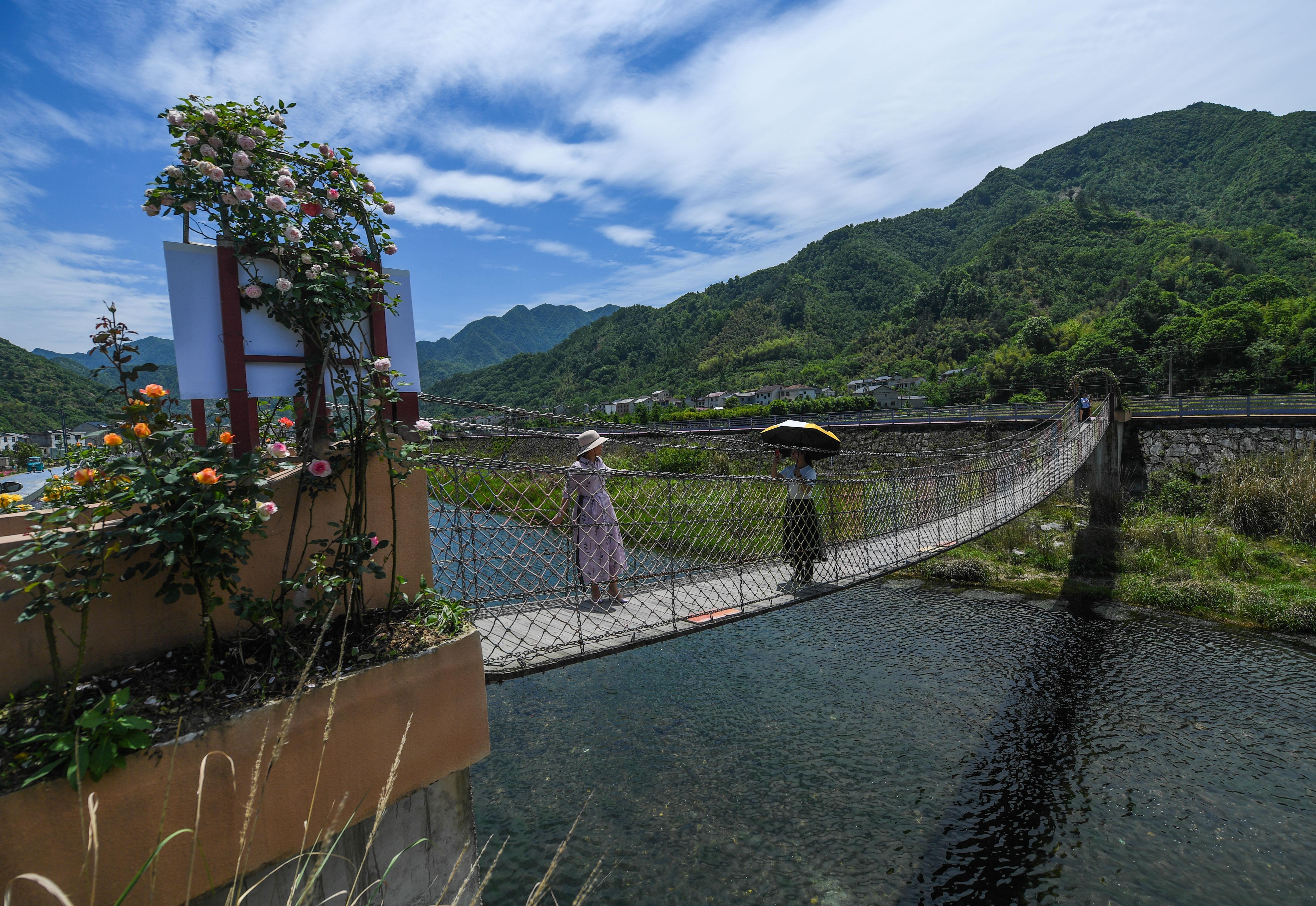 修筑桥梁,开辟道路,让美丽的农村走上致富之路