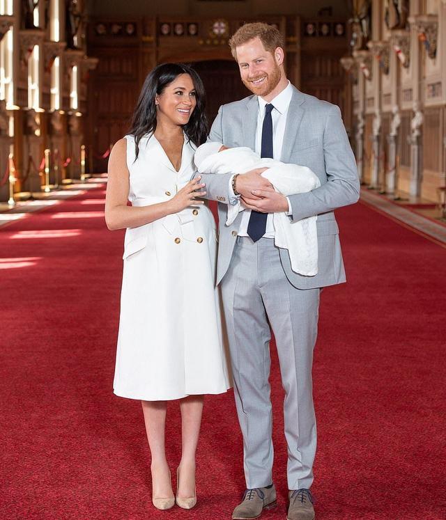 梅根王妃没有像凯特王妃和戴安娜 而小王子一直在哈里王子的怀中睡