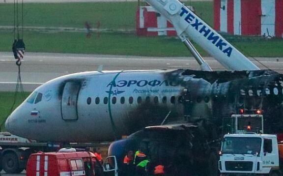 不顾生死!俄航副驾驶已逃生 为救人重回起火客机图片