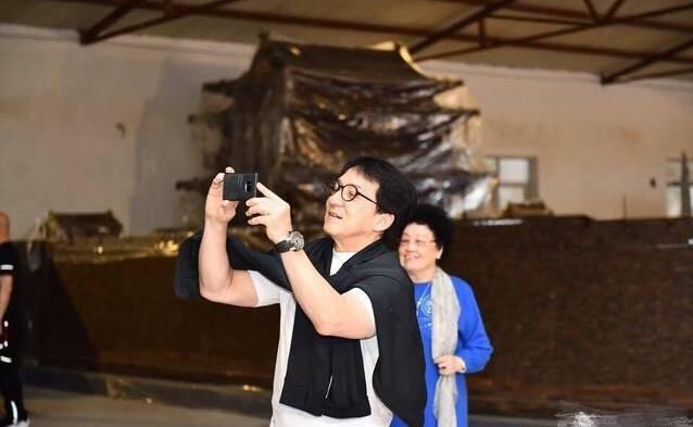 """""""唐僧""""迟重瑞陪成龙看紫檀木,老婆陈丽华的紫檀博物馆大的像皇宫"""
