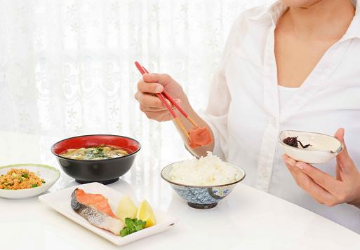 医生告诫:空腹时,切勿乱吃这4种食物,否则易损害身体健康!