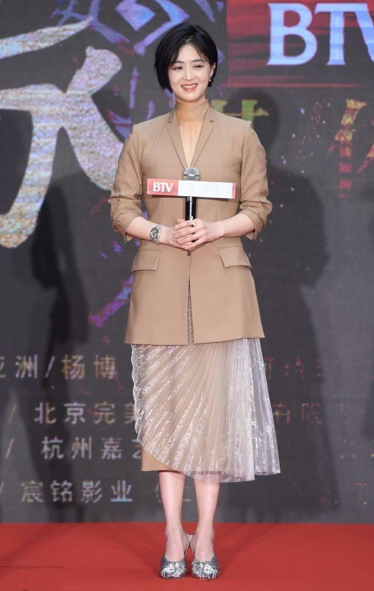 原创            刘嘉玲的鞋子还能再丑点吗?蒋欣站她旁边,被衬的又瘦又美!