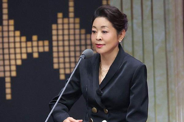 原创            60岁倪萍现身机场又瘦又美,她的尖下巴引起了所有人的注意
