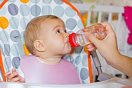 """婆婆""""佛系带娃"""",3个时间不强迫喝水,孩子脾胃好,更健康!"""