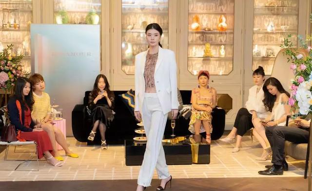 57岁关之琳开创自己女性品牌霸气十足,离过婚的她对事业有野心