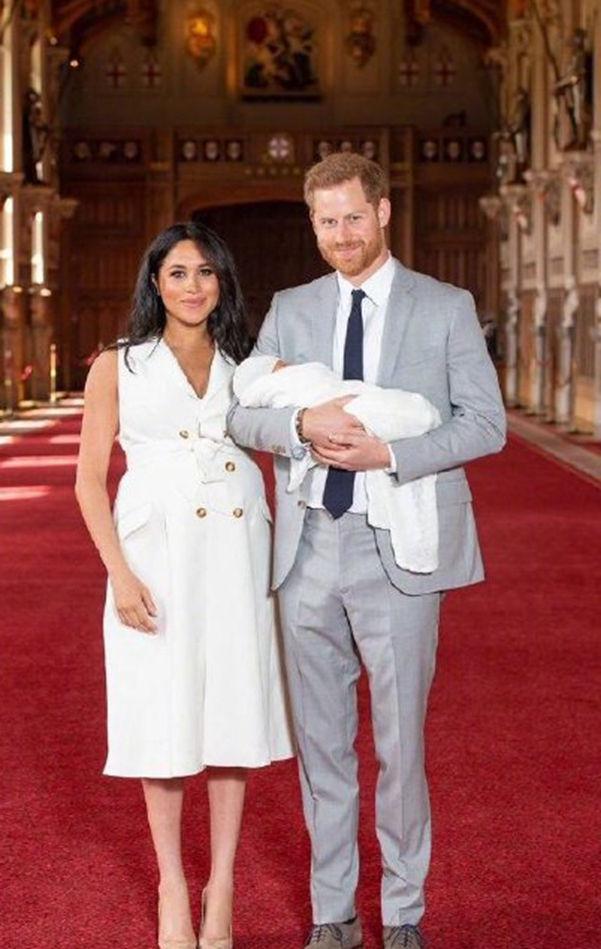 英国哈里王子生下头胎,有人爆冷猜到名字赢了16万