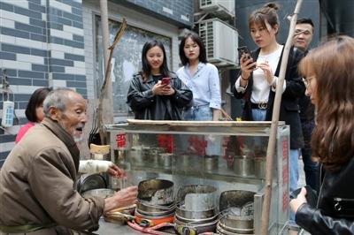 <b>这个在太古里卖蛋烘糕的爷爷 因为太实诚走红了</b>