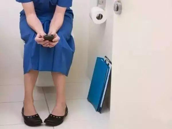 上厕所不玩手机的人,恭喜你!成功避开8大伤害