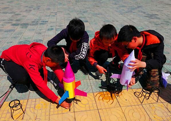 湖北沙洋县蔡庙小学举行水火箭的制作发射科技实践活动