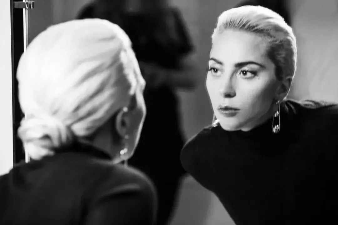"<b>Lady Gaga现场脱衣刷屏:性侵、抑郁、劈腿都打不倒的""妖怪""却活出让人羡慕的模样</b>"