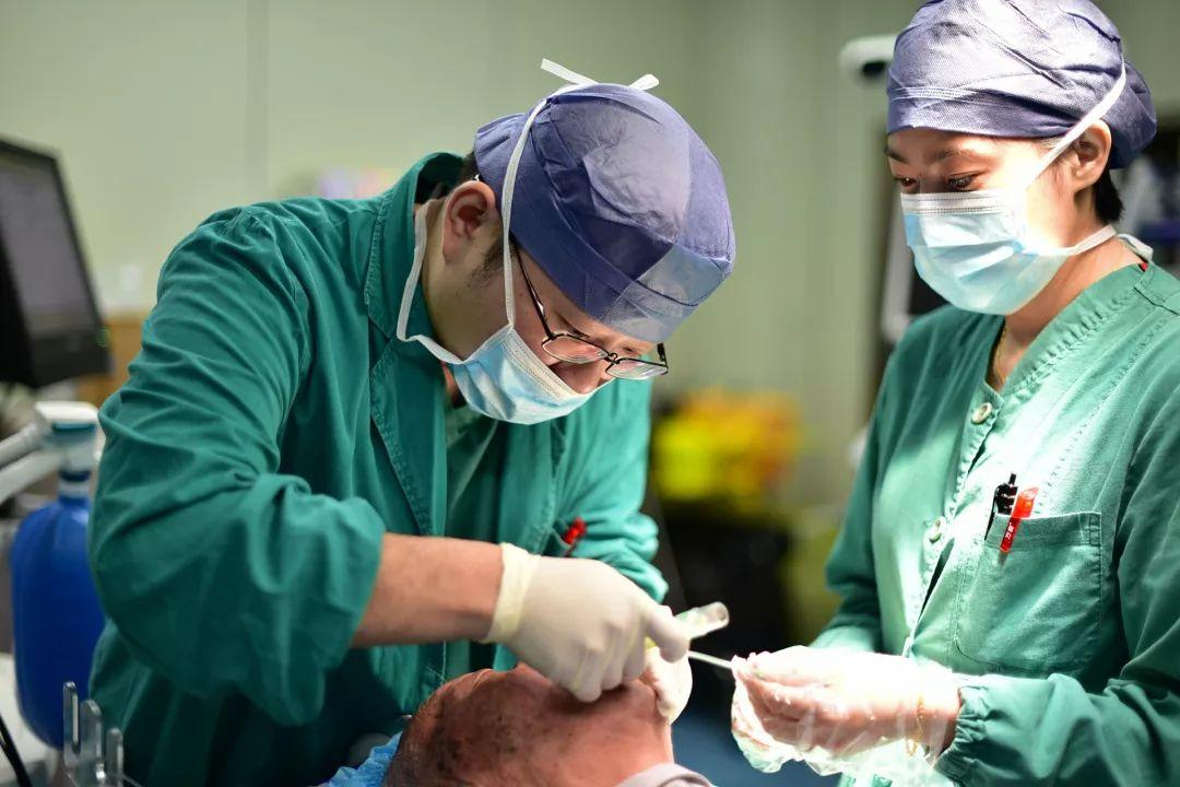 """手术室里有""""超级奶爸"""",宝宝不哭也不闹"""