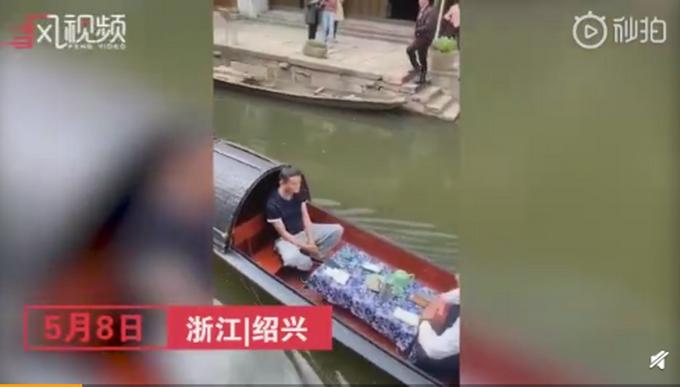 马云现身绍兴东浦,喝黄酒坐乌篷船,网友:他真的太忙了