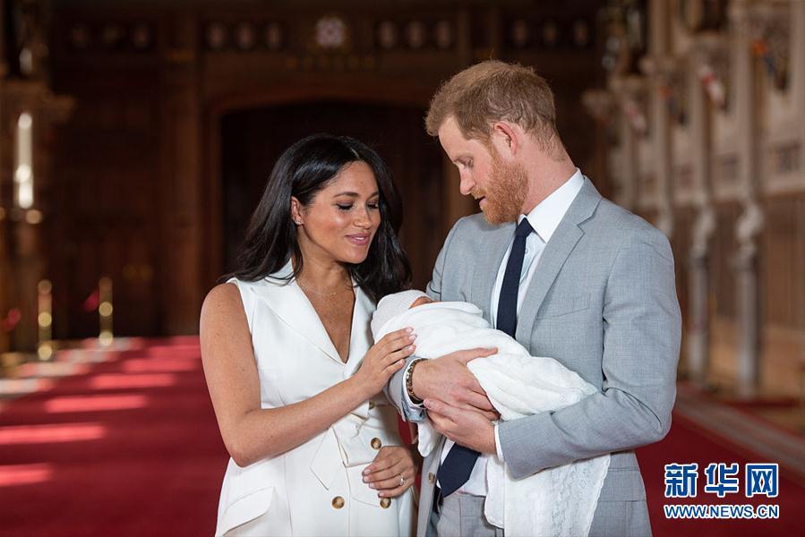 英国哈里王子夫妇抱新生儿拍全家福 小王子首次曝光