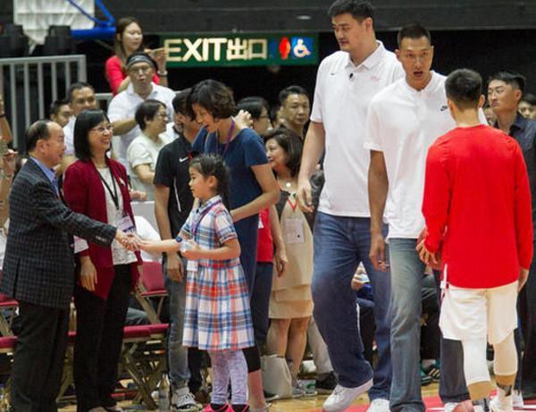 世界小姐张梓琳3岁女儿身高已过妈妈腰部,长腿瞩目超模气质十足