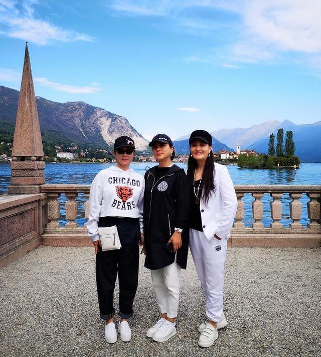 56岁李玲玉现身米兰旅游,昔日女神优雅从容,单身至今潇洒自在!