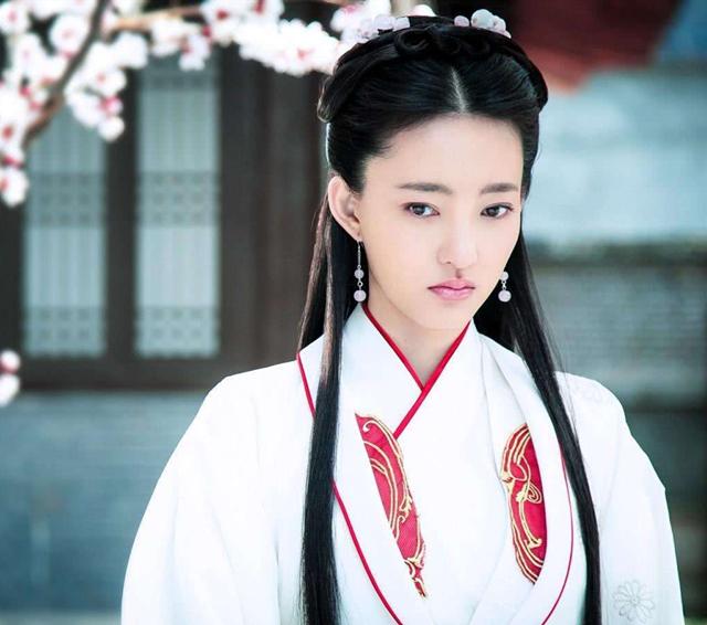"""""""妲己""""王丽坤太美了,黑色西装搭配白色蛋糕裙,尽显女神魅力"""