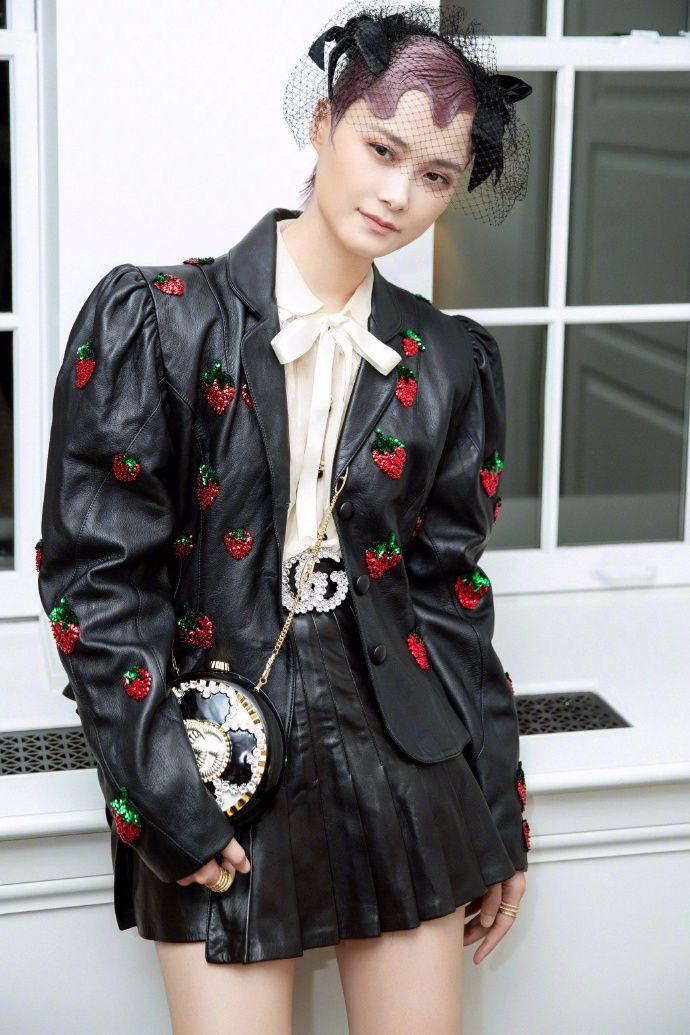 李宇春的孔雀裙很一般,看她第二套短裙的打扮,才叫人眼前一亮!
