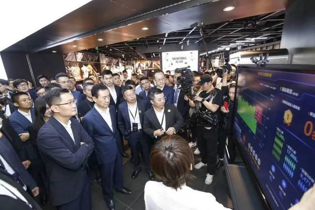马化腾王健林逛街 现场体验微信刷脸支付无感停车