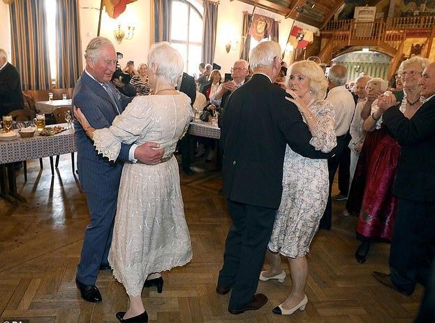 71岁卡米拉穿方领碎花长裙闪耀晚宴,略显胖也挡不住高贵优雅气质