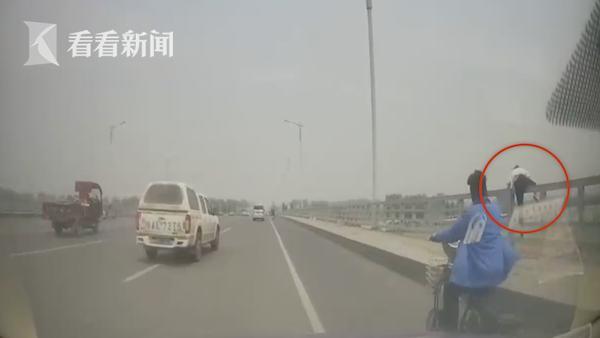 女子一路狂奔欲跳桥轻生,的哥开车猛追扭转生死