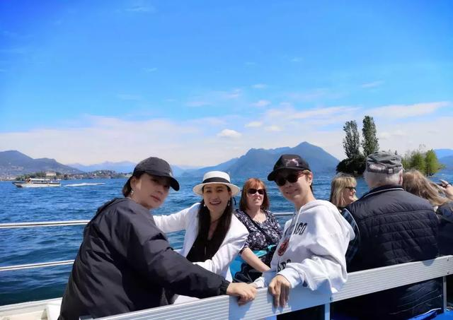 56岁李玲玉跟姐妹国外游狂晒美照,她开公司变女强人仍很享受生活