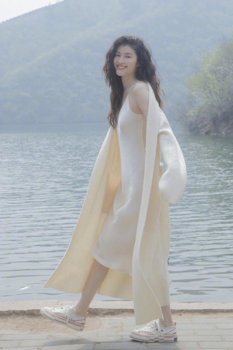 30岁何穗穿明亮绿裙温柔妩媚,皮肤白到能反光,近镜头美得零瑕疵