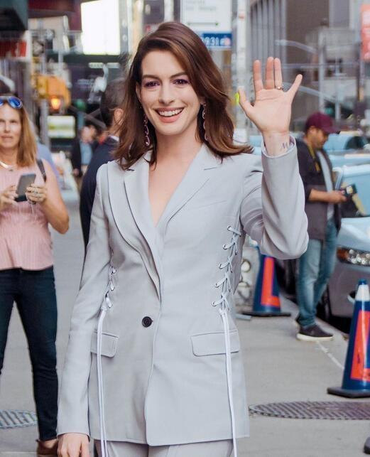 原创            36岁安妮海瑟薇穿灰色套装现身,颜值身材都回春了?