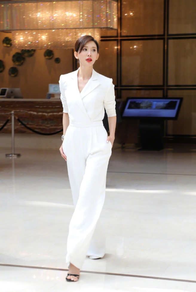 林志玲亮相活动,红色抹胸纱裙配长发甜美又少女,44岁美得太出众