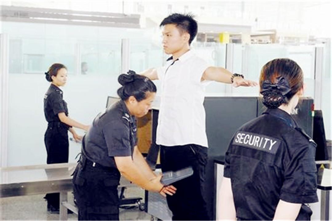 女人过安检时,安检员为何尴尬的不愿直视?屏幕上究竟出现了什么