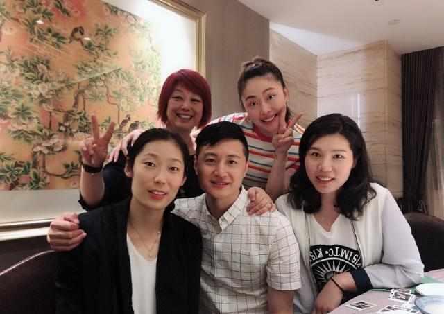 中国女排,朱婷和两大暴力副攻相聚,这一小动作暗示她已有身孕?