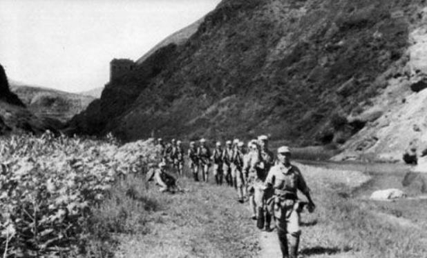 八路军进攻县城,伪军传令兵一桌酒肉,逼一个连起义,歼敌1200人