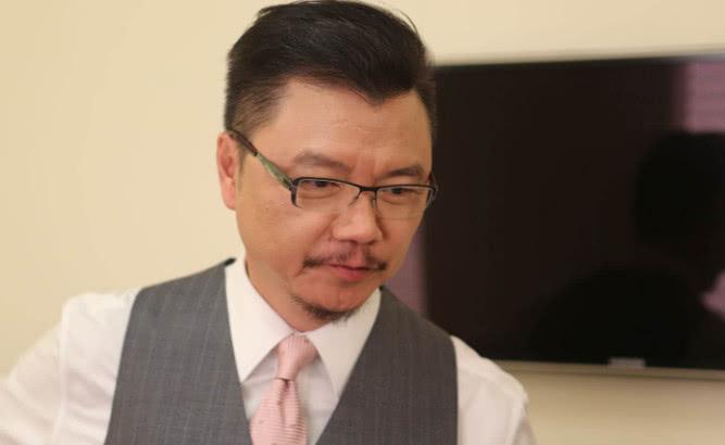 曾是TVB金牌艺人,却宁愿修鞋也不愿再演戏,今助养28位儿童生活