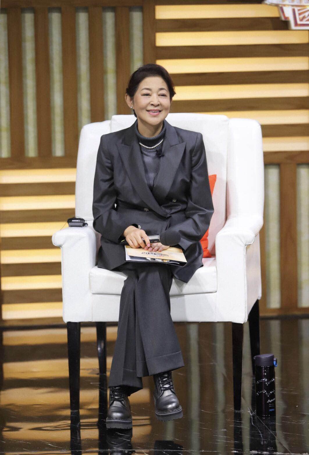 倪萍瘦身后现身机场,一套风衣阔腿裤的气质穿搭,60岁高调美回来