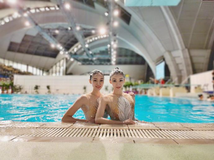 泳坛双胞胎美女,创造一套动作惊艳全场,因潜规则退役33岁仍美丽